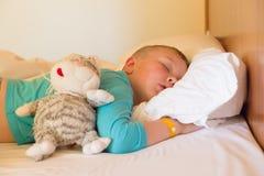 Menino que dorme em um hotel Foto de Stock Royalty Free