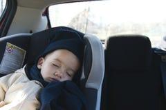 Menino que dorme no carro Imagens de Stock Royalty Free