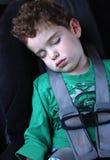 Menino que dorme no carro Fotos de Stock Royalty Free