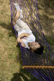 Menino que dorme no hammock Foto de Stock Royalty Free