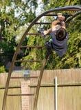 Menino que escala as barras de macaco Fotos de Stock Royalty Free