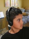 Menino que escuta a música fotografia de stock royalty free