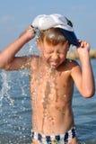 Menino que espirra a água Fotografia de Stock Royalty Free