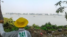 Menino que está perto de um rio Foto de Stock Royalty Free