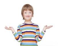 Menino que estica para fora seus braços com palmas acima, vista, sorrindo Fotos de Stock