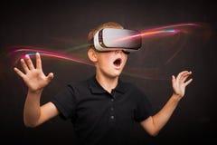 Menino que experimenta a realidade virtual fotografia de stock royalty free