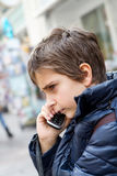 Menino que fala no telefone Fotografia de Stock
