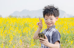 Menino que faz a foto do retrato do selfie pelo telefone esperto Foto de Stock Royalty Free