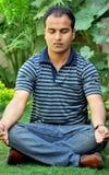 Menino que faz a ioga Fotos de Stock Royalty Free