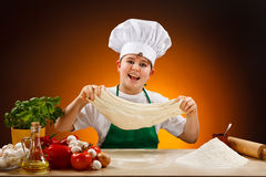 Menino que faz a massa de pão da pizza Fotografia de Stock Royalty Free