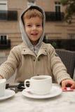 Menino que faz o chá Fotografia de Stock Royalty Free