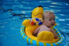 Menino que flutua em uma piscina v2.0 foto de stock