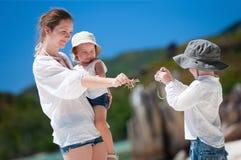 Menino que fotografa sua família Fotografia de Stock Royalty Free