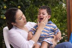 Menino que grita com mamã Fotografia de Stock Royalty Free
