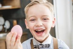 Menino que guarda o ovo da páscoa foto de stock royalty free