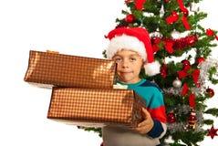 Menino que guarda presentes do Natal fotografia de stock royalty free