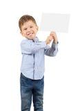 Menino que guarda um cartão vazio branco Fotografia de Stock Royalty Free