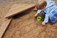 Menino que joga com areia Foto de Stock