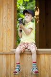 Menino que joga com as pistolas de água no parque Imagem de Stock