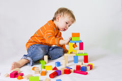 Menino que joga com blocos de madeira Foto de Stock Royalty Free