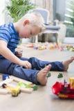 Menino que joga com brinquedos Fotos de Stock Royalty Free