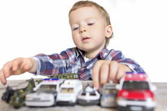 Menino que joga com carros do brinquedo imagens de stock royalty free