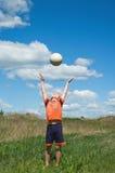 Menino que joga com esfera Foto de Stock
