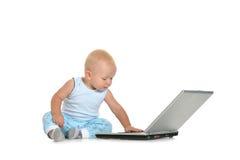 Menino que joga com portátil Foto de Stock