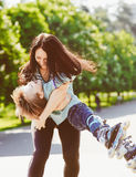 Menino que joga com sua mãe no parque Imagens de Stock Royalty Free