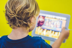 Menino que joga com tabuleta digital Crianças e conceito da tecnologia imagens de stock