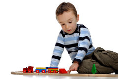 Menino que joga com um jogo do trem Imagem de Stock Royalty Free