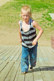 Menino que joga em uma corrediça de madeira Imagem de Stock Royalty Free