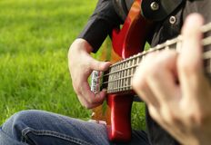 Menino que joga a guitarra baixa foto de stock