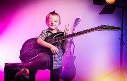 Menino que joga a guitarra, guitarrista da criança imagem de stock royalty free