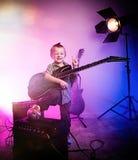 Menino que joga a guitarra, guitarrista da criança fotografia de stock royalty free