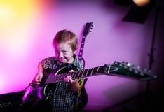 Menino que joga a guitarra, guitarrista da criança fotografia de stock
