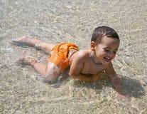 Menino que joga na água Imagem de Stock