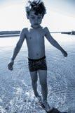 Menino que joga na água Foto de Stock