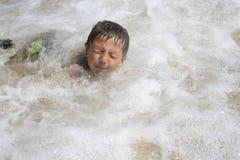 Menino que joga na água imagens de stock royalty free