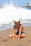 Menino que joga na areia. Fotos de Stock