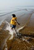 Menino que joga na praia Imagem de Stock Royalty Free
