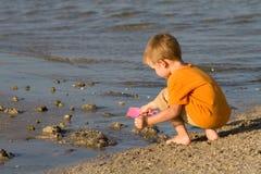Menino que joga na praia Fotografia de Stock