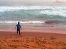 Menino que joga na praia Foto de Stock Royalty Free