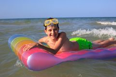 Menino que joga no mar Imagem de Stock