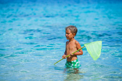 Menino que joga no mar Foto de Stock
