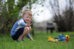 Menino que joga no parque Fotografia de Stock Royalty Free