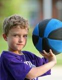 Menino que joga o basquetebol Foto de Stock Royalty Free