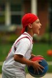 Menino que joga o basquetebol Fotografia de Stock
