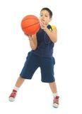 Menino que joga o basquetebol isolado foto de stock royalty free