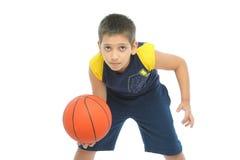 Menino que joga o basquetebol isolado fotos de stock royalty free
